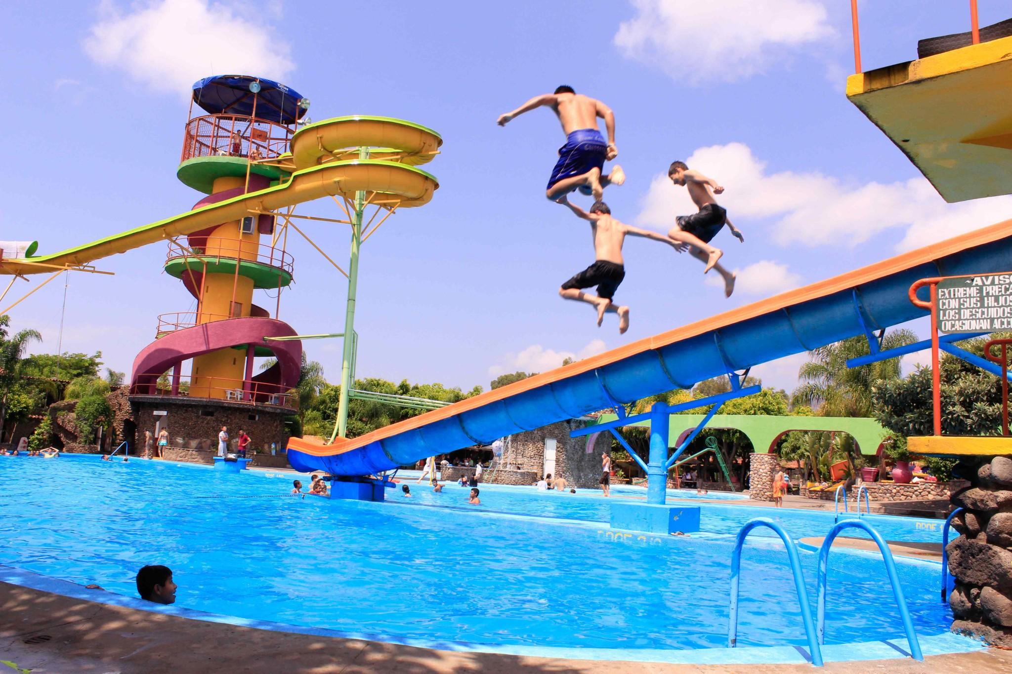 Niños tirándose un clavado dentro del balneario Vista Bella